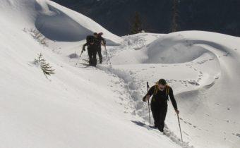 Escursionisti sulla neve